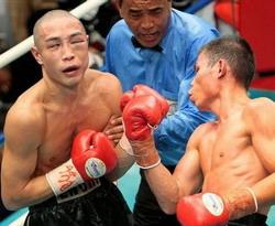 Chris John (kanan) melawan Hiroyuki Enoki