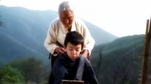 Nenek akan memotong rambut Sang-woo