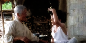 Sang-woo menjelaskan KFC kepada neneknya
